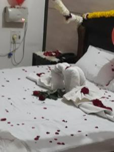 A bed or beds in a room at Hotel Surya Palace