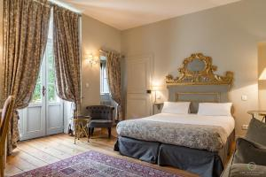 A bed or beds in a room at Hôtel Le Sauvage