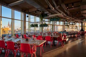 Ein Restaurant oder anderes Speiselokal in der Unterkunft 25hours Hotel The Circle