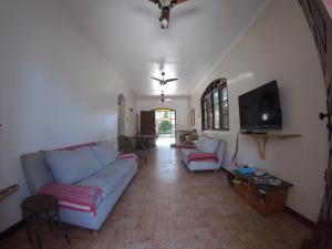 Uma área de estar em Bertioga Hostel