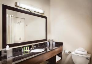 Un baño de The STRAT Hotel, Casino and Skypod
