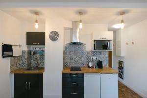 A kitchen or kitchenette at La vie est belle - CLIM - Longchamps-Canebière-Gare