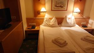 A bed or beds in a room at Hotel Alpenrose