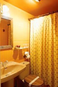 A bathroom at Hotel Avenida Real