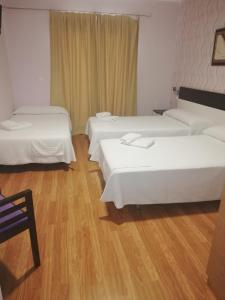 A bed or beds in a room at Hotel Gardu