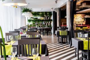 Un restaurante o sitio para comer en Rija VEF Hotel with FREE Parking