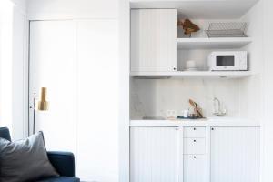 """Een keuken of kitchenette bij Getaway Studios """"The Providence"""" Oostende"""