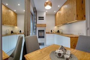 A kitchen or kitchenette at Apartament Góralska Nuta jacuzzi Centrum