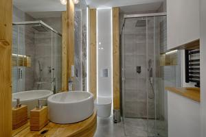 A bathroom at Apartament Góralska Nuta jacuzzi Centrum