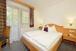 A bed or beds in a room at Hotel Salzburgerhof