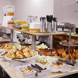 Opções de café da manhã disponíveis para hóspedes em Hotel Village Campinas