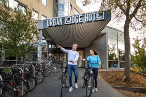 Een gezin dat verblijft bij Urban Lodge Hotel
