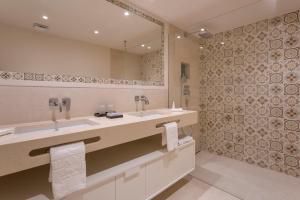 A bathroom at Vila Vita Parc Resort & Spa