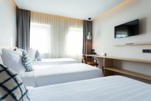 Een bed of bedden in een kamer bij Urban Lodge Hotel