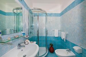 A bathroom at Hotel Il Gabbiano