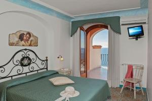 A bed or beds in a room at Hotel Il Gabbiano
