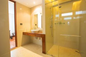 A bathroom at Samui Paradise Chaweng Beach Resort & Spa