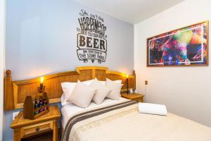 A bed or beds in a room at Mala Vecindad Beer Hotel