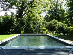 The swimming pool at or near Les Jardins de Mazamet