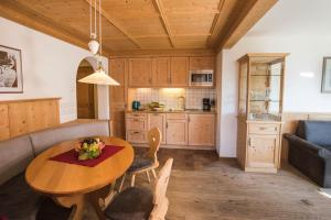 A kitchen or kitchenette at Apartments Pitschlmann