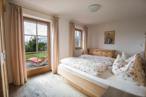 A bed or beds in a room at Apartments Pitschlmann