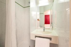 A bathroom at Premiere Classe Bordeaux Nord - Lac