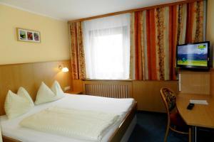 Ein Bett oder Betten in einem Zimmer der Unterkunft Hotel Garni Erlbacher