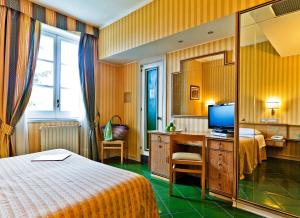A bed or beds in a room at Hotel Scapolatiello