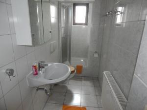 A bathroom at Pension Wiesenhof B&B
