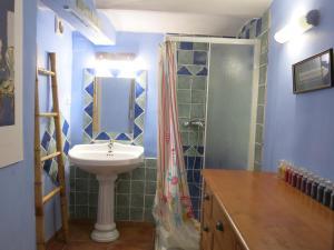 A bathroom at 35 Boulevard Marius Richard
