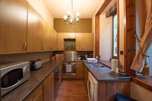 A kitchen or kitchenette at The Castle Stables