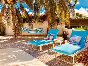 Het zwembad bij of vlak bij Karibu Aruba Boutique Hotel