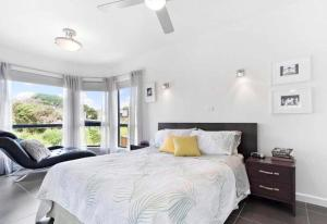 A bed or beds in a room at Treetop Retreat Rye