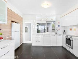 A kitchen or kitchenette at Treetop Retreat Rye