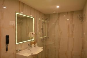 A bathroom at Royal Grand Hotel and Spa - All Inclusive