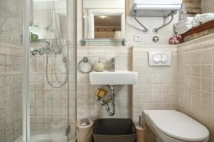 A bathroom at Apartments Villa Cambi