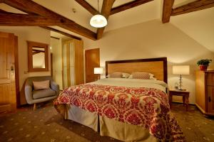 A bed or beds in a room at Questenberg Hotel