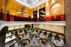 A restaurant or other place to eat at Hotel Palazzo Zichy Budapest