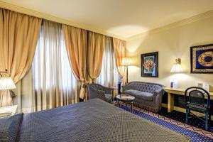 A bed or beds in a room at Hotel Auriga