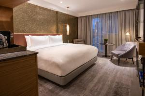 A bed or beds in a room at Lincoln Plaza London, Curio Collection By Hilton