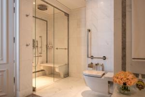 A bathroom at Hotel de Crillon