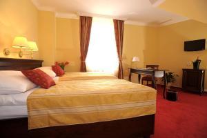 Ein Bett oder Betten in einem Zimmer der Unterkunft Hotel U Krále