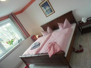 A bed or beds in a room at Strandhotel Villa Louisa & Appartementhäuser Villa Josephine und Villa Christine