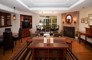 A restaurant or other place to eat at Larkspur Landing South San Francisco-An All-Suite Hotel