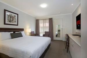 A bed or beds in a room at Elm Tree Motel