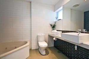 A bathroom at Lorne Bay View Motel