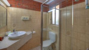 A bathroom at Pevensey Motor Lodge