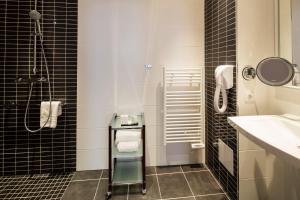 A bathroom at The Originals Boutique, Hôtel des Princes, Strasbourg Centre (Qualys-Hotel)