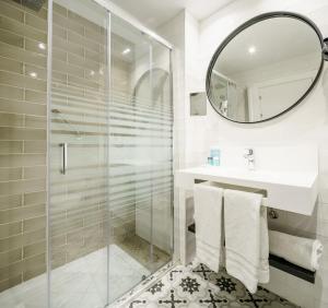 A bathroom at Hotel Ilunion Bilbao
