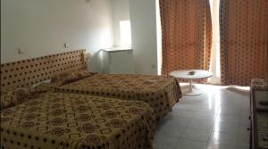 سرير أو أسرّة في غرفة في LES ZIBAN